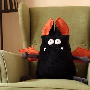 Vámpír Denevér Párna, Kényelmes de félelmetes dekoráció Halloween-re, Otthon & Lakás, Lakástextil, Párna & Párnahuzat, Baba-és bábkészítés, Varrás, Koromfekete, félelmetes Vámpír Denevér kispárna, ami Halloween éjszakáján rendkívül ijesztővé válik...., Meska