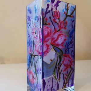 Virágos váza női arccal, Váza, Dekoráció, Otthon & Lakás, Üvegművészet, 22x10x8 cm méretű üvegvázára kézzel festett virágok női arccal. \nA mintát a váza 2 oldalára festette..., Meska