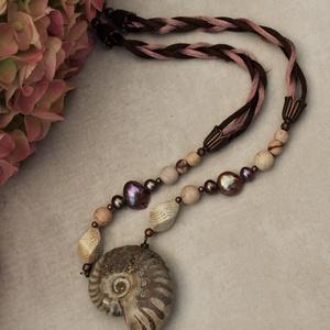 Spirál ammonite, Ékszer, Nyaklánc, Medálos nyaklánc, Ékszerkészítés, Gyöngyházfényű, ősi kagyló, más néve ammonite, nyaklánc.\nA természetet kedvelőknek, ajánlom elsősorb..., Meska