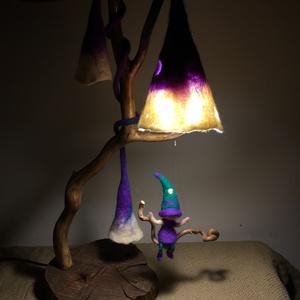 Nemez éjjeli lámpa hintázó manóval, Asztali lámpa, Lámpa, Otthon & Lakás, Famegmunkálás, Nemezelés, Egyedi tervezésű és kivitelezésű, különleges lámpa fából és finom szalaggyapjúból nemezelt dekoráció..., Meska