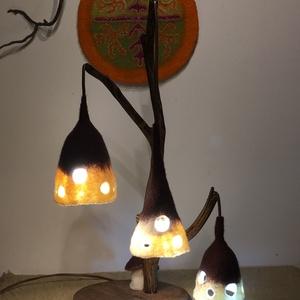 Barna-fehér nemez lámpa, Lakberendezés, Otthon & lakás, Lámpa, Asztali lámpa, Famegmunkálás, Nemezelés, Egyedi, saját tervezésű és kivitelezésű fa-nemez asztali vagy éjjeli lámpa. \nA barna-fehér lámpabúrá..., Meska