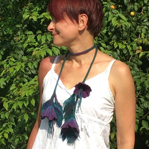 Lila virágos nemez nyaklánc, Bojtos nyaklánc, Nyaklánc, Ékszer, Nemezelés, Különleges, egyedi, dekoratív, bohém nemez nyaklánc, a lila, kék és zöld árnyalataival. Finom merinó..., Meska