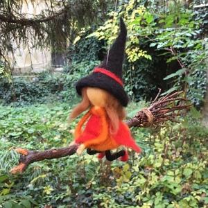 Nemez boszorkány függődísz, Otthon & lakás, Dekoráció, Dísz, Lakberendezés, Baba-és bábkészítés, Nemezelés, Tűnemez technikával készült, finom szalaggyapjúból, ez a seprűn lovagló boszorkány, mely otthonod ke..., Meska