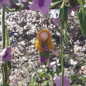 Almavirág tavasztündér és nemez virág koszorú, Otthon & Lakás, Dekoráció, Függődísz, Baba-és bábkészítés, Nemezelés, Kedves tavaszi lakásdekoráció, Meska