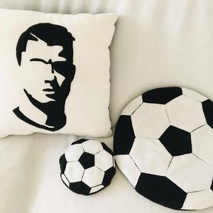 Ronaldos párna szett, Otthon & Lakás, Dekoráció, Varrás, A párnaszett tartalma:\n1db (tömött) díszpárna -mérete: 37cmx 37cm\n1db ülőpárna (tömés nélkül)-átmérő..., Meska