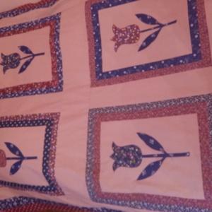 tulipános patchwork  ágytakaró, Otthon & Lakás, Lakástextil, Ágytakaró, Patchwork, foltvarrás, 100x 200 cm-es , tulipános applikációval készült patchwork ágytakaró, s. kék- bordó - drapp színben...., Meska