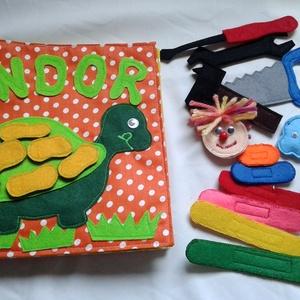 Kisfiús, szerelős 6 oldalas textilkönyv, babakönyv, foglalakoztató, készségfejlesztő játék, csendeskönyv, Játék, Gyerek & játék, Készségfejlesztő játék, Baba játék, Plüssállat, rongyjáték, Patchwork, foltvarrás, Varrás, Textilkönyv, babakönyv, ineteraktív foglalakoztató és készségfejlesztő játék, csendeskönyv, filc ját..., Meska
