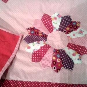 Bébi patchwork lányka takaró, rózsaszín virágokkal névvel, tökéletes ajándék Karácsonyra, keresztelőre, születéenapra  (Babam) - Meska.hu