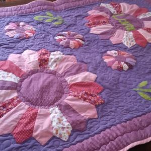 Csajos, lányos patchwork takaró, névvel és hatalmas virágokkal, rózsaszín lila álom, Lakberendezés, Otthon & lakás, Lakástextil, Takaró, ágytakaró, Patchwork, foltvarrás, Varrás, Kislányoknak vagy nagylányoknak  patchwork ágytakaró, hatalmas virágokkal és névvel. Kislány vagy ak..., Meska