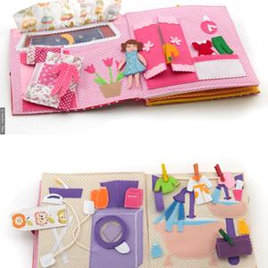 Névre szóló babaház filcből, egyben csendeskönyv kivehető babával és teljes berendezéssel , Játék, Gyerek & játék, Baba, babaház, Készségfejlesztő játék, Játékfigura, Baba-és bábkészítés, Varrás, Textilkönyv, babakönyv, ineteraktív foglalakoztató és készségfejlesztő játék, csendeskönyv, filc ját..., Meska