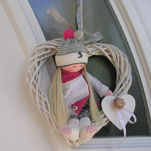 ajtódísz, Ajtódísz & Kopogtató, Dekoráció, Otthon & Lakás, Varrás, Szív alakú ajtódísz, ca. 25 cm átmérővel, édes babikával várja a látogatókat, de akár kisgyermek szo..., Meska