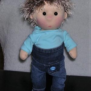 baba türkiz pólóban, farmerban, Gyerek & játék, Játék, Baba játék, Baba, babaház, Plüssállat, rongyjáték, Baba-és bábkészítés, Varrás, 33 cm magas, waldorf jellegű fejjel, öltöztethetős, keze-lába mozog baba. Teste öko-tex pamut jersey..., Meska