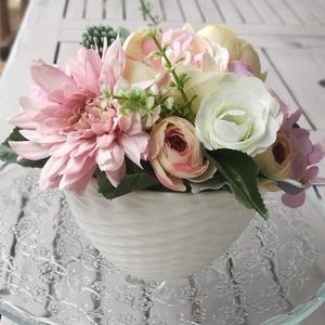 Fehér kerámiában asztaldísz selyemvirágból, romantikus asztaldísz, dekorációs asztaldísz, Otthon & Lakás, Dekoráció, Asztaldísz, Virágkötés, Fehér kerámia tálban, színes csodás selyemvirág asztaldísz. Kb. 20 cm a virágok által elfoglalt rész..., Meska
