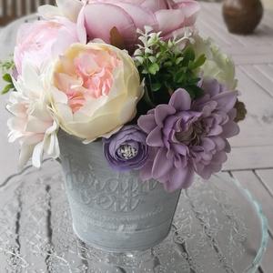 Asztaldísz bádog kannában, dekorációs asztladísz, romantikus asztaldísz, Otthon & Lakás, Dekoráció, Asztaldísz, Virágkötés, Selyemvirág asztaldísz, harmonikus színekben. Dekoratív kiegészítője lehet a lakásnak. A virágok kb...., Meska