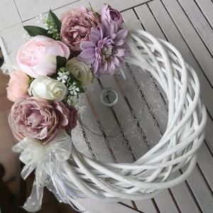 ajtó kopogtató, Otthon & Lakás, Dekoráció, Ajtódísz & Kopogtató, Virágkötés, Romantikus kopogtató, fehér vessző alapon, tüll és élethű selyemvirágokból készítve.\nAz átmérő:30 cm..., Meska
