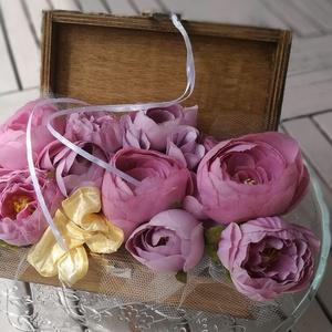 díszdoboz, virágdoboz, ajándékdoboz, Otthon & Lakás, Dekoráció, Díszdoboz, Virágkötés, 18 cm-es fa dobozban lila selyemvirág dísz. Sárga selyemmasni s egy kevés tüll diszíti. Alkalmas asz..., Meska