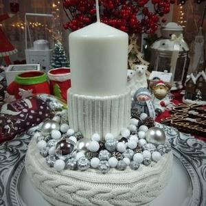 Karácsonyi asztaldísz, Karácsony, Karácsonyi dekoráció, Otthon & lakás, Dekoráció, Dísz, Ünnepi dekoráció, Virágkötés, Kötött alapot használtam ennél a dísznél, aminek a közepébe fehér gyertyát helyeztem, amit szintén k..., Meska