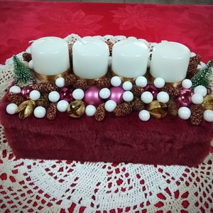 Adventi dísz, Karácsony, Karácsonyi dekoráció, Otthon & lakás, Dekoráció, Dísz, Ünnepi dekoráció, Virágkötés, Fa dobozt bordó flüss anyaggal vontam körbe. 4 db gyertyát helyeztem a dísz közepébe és karácsonyi g..., Meska