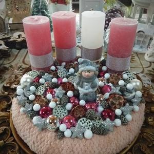 Adventi dísz, Karácsony, Karácsonyi dekoráció, Otthon & lakás, Dekoráció, Dísz, Ünnepi dekoráció, Virágkötés, Flüss alapot használtam. Rózsaszín és fehér rusztikus gyertyákkal, karácsonyi gömbökkel, porcelán fi..., Meska
