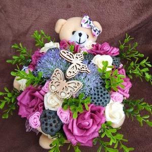 Macis asztaldísz, Asztaldísz, Dekoráció, Otthon & Lakás, Virágkötés, Fonott macis gyékény kosárba virágokat, terméseket és lézervágott lepkéket helyeztem. Kiváló ajándék..., Meska