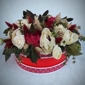 Virágos box, Díszdoboz, Dekoráció, Otthon & Lakás, Virágkötés, Piros papír boxot pöttyös szalaggal díszítettem, majd virágokkal, rattan golyókkal töltöttem meg a b..., Meska