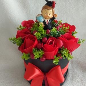 Ballagási virágbox, Otthon & lakás, Dekoráció, Dísz, Lakberendezés, Asztaldísz, Virágkötés, Fekete papír dobozt piros szalaggal vontak körbe, majd egy masnival dobtam fel a dísz hangulatát. A ..., Meska