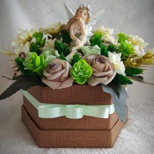 Tündéres virágbox, Otthon & lakás, Dekoráció, Dísz, Lakberendezés, Asztaldísz, Virágkötés, Papír papír dobozt zöld szalaggal vontam körbe, majd masnit helyeztem rá. A doboz közepébe egy tündé..., Meska