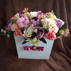 Virágos papír kosár, Otthon & lakás, Dekoráció, Dísz, Lakberendezés, Asztaldísz, Virágkötés, Fehér virág kosarat szalaggal és egy brossal díszítettem. A kosár belselyét élethű  művirágokkal dís..., Meska