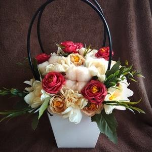 Virágkosár, Otthon & lakás, Dekoráció, Dísz, Lakberendezés, Asztaldísz, Virágkötés, Fehér papír virágkosárba élethű selyemvirágokat helyeztem. Kiváló ajándék lehet bármilyen alkalomra...., Meska