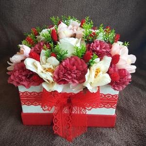 Virágbox, Díszdoboz, Dekoráció, Otthon & Lakás, Virágkötés, Fehér papírbox köré szalagot tekertem, majd  élethű selyemvirágokat helyeztem bele. Kiváló ajándék l..., Meska
