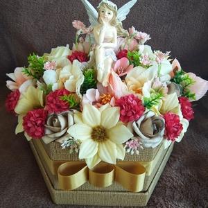 Tündéres virágbox, Otthon & lakás, Dekoráció, Dísz, Lakberendezés, Falikép, Virágkötés, Papír virágkosár közepébe egy tündért raktam, majd élethű selyemvirágokat helyeztem köré.Kiváló aján..., Meska