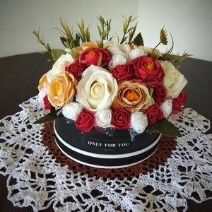 Virágbox, Otthon & lakás, Dekoráció, Dísz, Lakberendezés, Asztaldísz, Virágkötés, Fekete papírboxba élethű selyemvirágokat helyeztem. Kiváló ajándék lehet bármilyen alkalomra. Válasz..., Meska