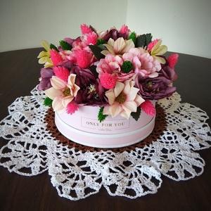 Rózsaszín virágbox, Otthon & lakás, Dekoráció, Dísz, Lakberendezés, Asztaldísz, Virágkötés, Rózsaszín papírboxba  élethű selyemvirágokat helyeztem. Kiváló ajándék lehet bármilyen alkalomra. Vá..., Meska