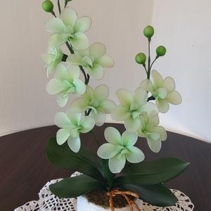 Harisnyavirág, Csokor & Virágdísz, Dekoráció, Otthon & Lakás, Virágkötés, Fehér kerámia kaspóba készült ez a csodás zöld színű orchidea virág. A virágok kézimunkával készülte..., Meska