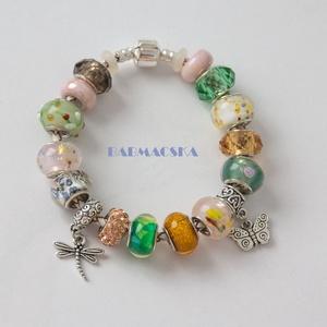 Pillangó és szitakötő - Üde, tavaszi Pandora stílusú charm karkötő, Ékszer, Karkötő, Gyöngyfűzés, Kiváló minőségű muránói üveggyöngyökből, lámpagyöngyökből, fém gyöngyökből, és charm-okból álló kar..., Meska