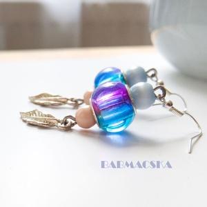 Tengeri fuvallat - Kék, rózsaszín tollas fülbevaló, Lógós fülbevaló, Fülbevaló, Ékszer, Ékszerkészítés, Gyöngyfűzés, gyöngyhímzés, A fülbevaló üde, harmonikus színei friss megjelenést kölcsönöznek viselőjének, és a nyári tengerpart..., Meska