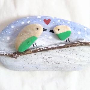 Szerelmes madárkák a hóesésben  - festett kavics, Otthon & Lakás, Konyhafelszerelés, Hűtőmágnes, Festett tárgyak, Újrahasznosított alapanyagból készült termékek, Kézzel festett téli kavics.\nRemek ajándékkísérő, de ajándéknak is megállja a helyét... :) \n A kavics..., Meska