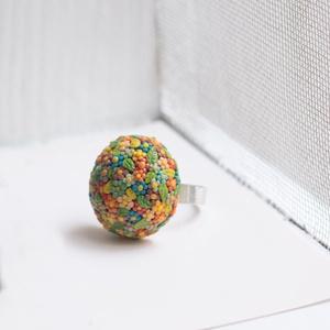Virágos Gyűrű Tündéreknek - élénk színek, Ékszer, Gyűrű, Kerek gyűrű, Gyurma, Nagyon gondosan, aprólékosan készítettem el ezt a gyűrűt, sok pici virág tarkítja.\n Viselőjének mind..., Meska