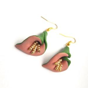 Zöld rózsaszín kála virág fülbevaló arany porzókkal, Ékszer, Fülbevaló, Lógós fülbevaló, Ékszerkészítés, Gyurma, Süthető gyurmából készült fülbevaló, arany színű fülbevaló alappal. :)\nEgyszerű, ugyanakkor nagyon e..., Meska