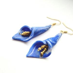 Kék fehér kála virág fülbevaló arany porzókkal, Ékszer, Fülbevaló, Lógós fülbevaló, Ékszerkészítés, Gyurma, Süthető gyurmából készült fülbevaló, arany színű fülbevaló alappal. :)\nEgyszerű, ugyanakkor nagyon e..., Meska