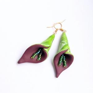 Lila és zöld kála virág fülbevaló zöld porzókkal, Ékszer, Fülbevaló, Lógós fülbevaló, Ékszerkészítés, Gyurma, Süthető gyurmából készült fülbevaló, arany színű fülbevaló alappal. :)\nEgyszerű, ugyanakkor nagyon e..., Meska