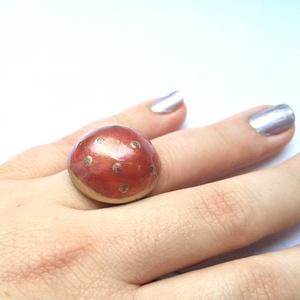 Szexi Piros Arany pöttyös gyűrű, Ékszer, Gyűrű, Kerek gyűrű, Gyurma, Ékszerkészítés, Elegánsan bohókás, csillogó pirosas arany pöttyös gyűrű.\nAntik bronzos állítható méretű gyűrűalapon ..., Meska