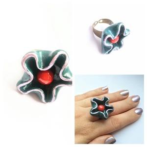 Piros a kékben virágos gyűrű, Ékszer, Gyűrű, Figurális gyűrű, Gyurma, Kiégethető FIMO gyurmából készítettem ezt az extravagáns gyűrűt, sütés után metál lila festékkel bol..., Meska