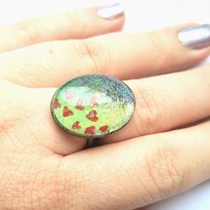Csillámos Levendulamező piros szivecskékkel, Ékszer, Gyűrű, Üveglencsés gyűrű, Ékszerkészítés, Színharmónia és csillogás jellemzi ezt a szívecskés gyűrűt.\nAz állítható gyűrűalapra akrillfestékkel..., Meska