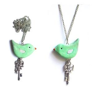 Zöld Madárka rózsaszín szárnyakkal + kulcs nyaklánc :), Ékszer, Nyaklánc, Ékszerkészítés, Gyurma, Süthető gyurmából készült, üde, nyárias nyakbavaló. Vidám kis darab. A madárka pedig nagy kincset őr..., Meska
