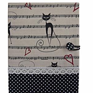 Macskás textil borító, Otthon & lakás, Naptár, képeslap, album, Jegyzetfüzet, napló, Varrás, Pöttyös és macskás-kottás mintájú patchwork vászonból készült borító.\n\nBeige színű horgolt csipkével..., Meska