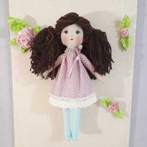 Barna szépség, Gyerek & játék, Játék, Baba, babaház, Játékfigura, Baba-és bábkészítés, 37 cm magas,hosszú barna hajú,frizurázható baba,fonalból készül.Ruhája fáradt rózsaszín pöttyös,pamu..., Meska