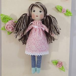 Rózsaszín virágmező ruhás baba, Gyerek & játék, Játék, Baba, babaház, Játékfigura, Baba-és bábkészítés, Ez a szépség 37 cm magas,haja fonalból készült és frizurázható.Nagyon cuki rózsaszín ruhája van,szat..., Meska
