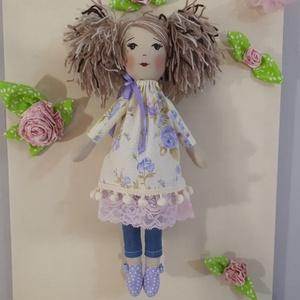 Lány lila rózsás ruhában, Gyerek & játék, Játék, Baba, babaház, Játékfigura, Baba-és bábkészítés, Ez a baba lila rózsás ruhában pompázik egy kis pompom szalaggal és elasztikus csipkével kiegészítve...., Meska