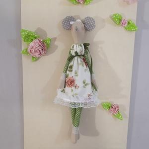 Elegáns egér rózsás ruhában, Gyerek & játék, Játék, Baba, babaház, Játékfigura, Baba-és bábkészítés, Nagyon szép egérlány elegáns csipkével és szaténszalaggal díszített levehető ruhában.Keze,lába mozog..., Meska